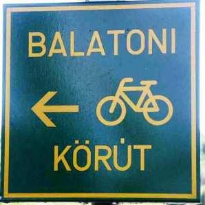 Tabla sa oznakom pravca biciklističke staze oko Balatona