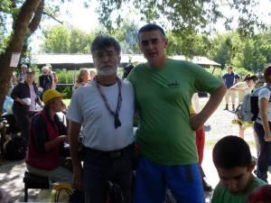 Predstavnik organizatora (ovaj put u ulozi čistača na stazi) i ja (foto Dragoljub Racić)