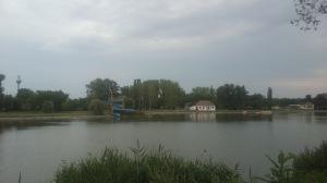 Pogled na plažu sa druge strane jezera