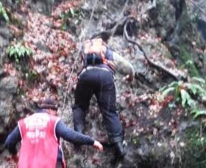 Spuštanje niz Dumbovački vodopad uz pomoć užeta